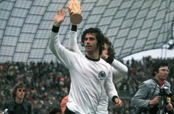 ТОП 10 лучших футболистов за всю историю футбола 4