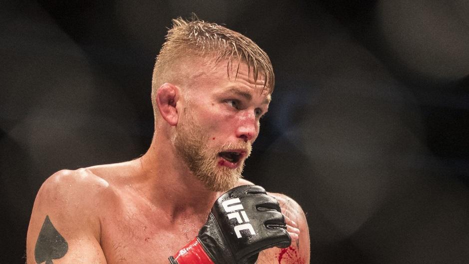 """Главным событием последнего турнира UFC 232 в уходящем году будет бой «Джон Джонс – Александр Густафссон». Этот реванш назревал с момента окончания первого противостояния в 2013 году, в котором Джонс одолел Густафссона по очкам в конкурентной борьбе. На кону стоит вакантный ныне титул чемпиона UFC в полутяжелом весе. До недавнего момента он принадлежал Даниэлю Кормье, но тот решил претендовать на чемпионство в тяжелом дивизионе и его лишили имеющегося звания. Предстоящий реванш примечателен тем, что оба бойца не выходили на ринг более года. Джон - из-за дисквалификации, Александр – восстанавливался после травмы. На сколько готовыми они подойдут к чемпионскому противостоянию – увидим совсем скоро. Бой Джонс – Густафссон состоится 29 декабря на T-Mobile арене в Лас-Вегасе. Джон Джонс Джонатан Дуайт Джонс по прозвищу «Кости» - коренной американец, первые шаги которого в спорте, как и у многих других представителей смешанных единоборств, начинались с борьбы. Также играл в американский футбол на позиции защитника, где из-за тщедушного телосложения был прозван тренером """"Bones"""", что значит кости или костлявый. Кличка пришла с ним и в MMA. Ради единоборств он бросил учебу в колледже. Как профи Джонс стартовал в 2008 году и всего за три месяца выходил в октагон 6 раз, финишировав оппонентов во всех. После 7 выхода в ринг против Мойзеса Габина, завершившегося техническим нокаутом, боец попал в поле зрения скаутов ЮФС и подписал с промоушеном контракт. Стартовый поединок в UFC """"Кости"""" провел против Андре Гусмао и одержал победу судейским решением. Далее он вышел против закаленного ветерана Стефана Боннара и также довел до судейского решения в свою пользу. 2009 год: после продления контракта с UFC боец выбывает из единичного выхода в ринг из-за дисквалификации за удары локтями, ныне запрещенные в смешанных единоборствах. Через год в бою против Брэндона Вера ломает последнему три лицевые кости. Поединок получил звание """"Нокаут вечера"""". Жесткость и бескомпромиссность Джонса убедил"""